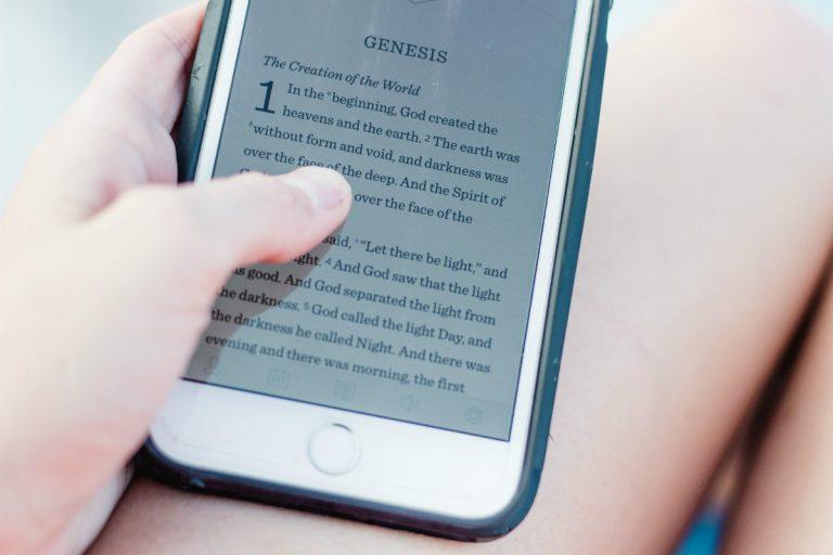 Texte du livre de la Genèse sur smartphone